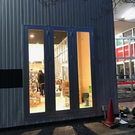 店舗の外装、ガラスサッシ工事