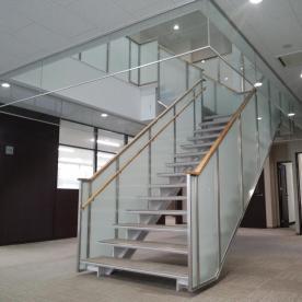 階段手摺のスクリーンガラス施工